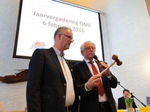 Durk Dam bekijkt de hamer nog eens goed voordat hij het vergadergereedschap overdraagt aan Johan Meesters (Foto OMF)
