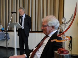 Rob Goorhuis komt met een juryverslag voor de scheidend voorzitter (Foto OFM)