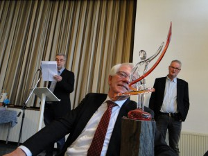 Dam bewondert de glazen sculptuur, terwijl Wop Schat nog speecht (Foto OFM)